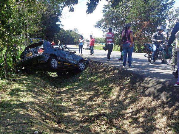 Este es el vehículo accidentado en el que se desplazaban la mujer y su hijo.